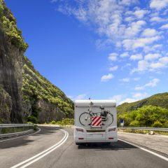In de zomer op vakantie met de caravan? Tips om uw reis veilig door te komen op zwarte zaterdagen